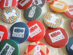 Pins diseñados por Patricia Cerban. Foto: gentileza de la diseñadora.