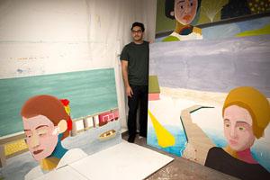 Santiago Paulós junto a los trabajos por los que se va a Florencia. Foto: Tali Kimelman.