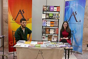 Mathías Iguiniz y Carol Mikewitz previo a la presentación del libro. Foto tomada del Facebook de La Casa de los Escritores.