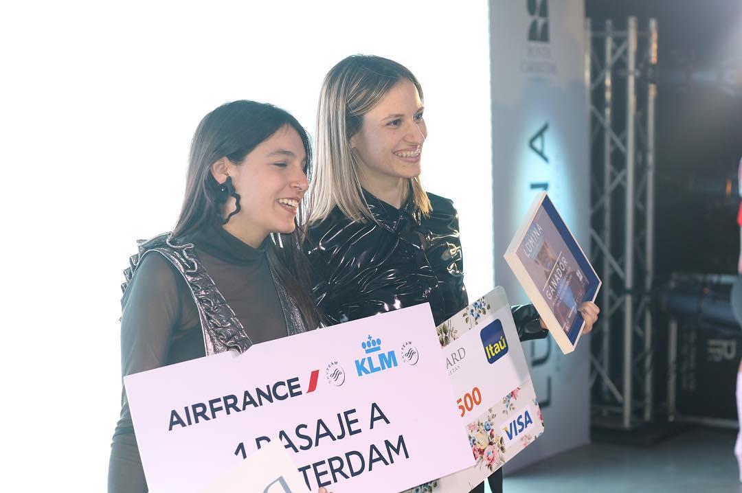 Florencia Gómez De Salazar y Vivian Sulimovich recibiendo sus premios en Lumina 17. Foto: Punta Carretas Shopping.