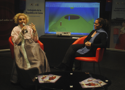 texto|Ma. Eugenia Pérez durante su conferencia en Montevideo Comics. Foto: Nicole Descoueyte.