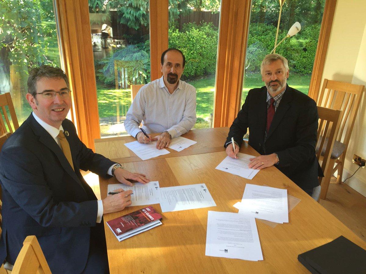 Firma convenio ORT-Northampton, el Decano Sinclair, Decano Hipogrosso y Rector Prof. Nick Petford.