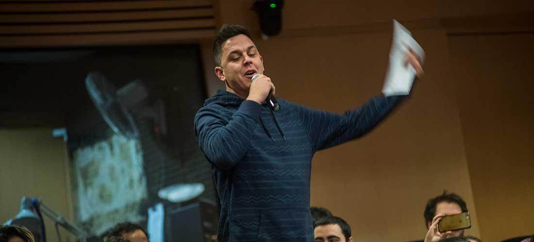 """Maxi Pérez cantando """"Hay algo que sigue vivo"""" en el SMD UY."""