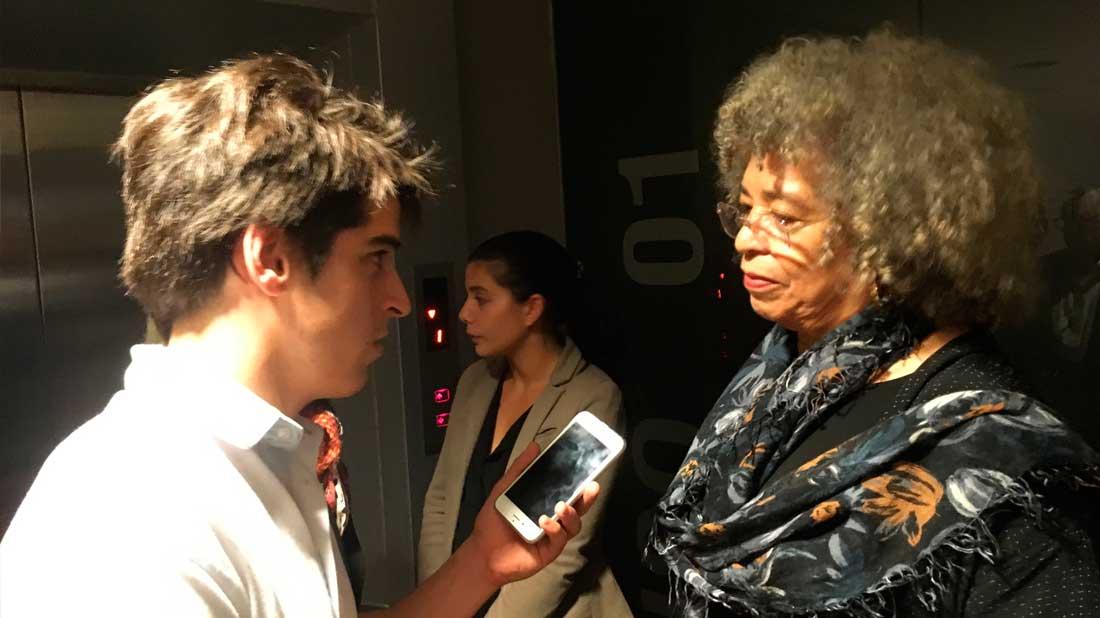 *Santiago Paravis entrevistando a Angela Davis.*