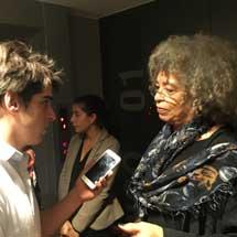 Santiago Paravis entrevistando a Angela Davis.